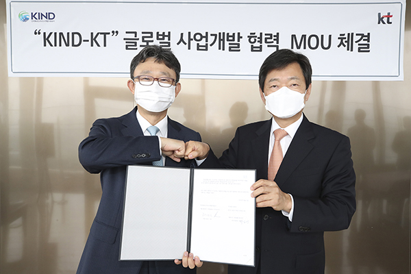 Park Yoon-Young, head of KT's Enterprise Business Development Unit, and Hur Kyong-Goo, CEO of KIND, are taking photo during the signing ceremony held at KT's headquarters in downtown Seoul on August 4.