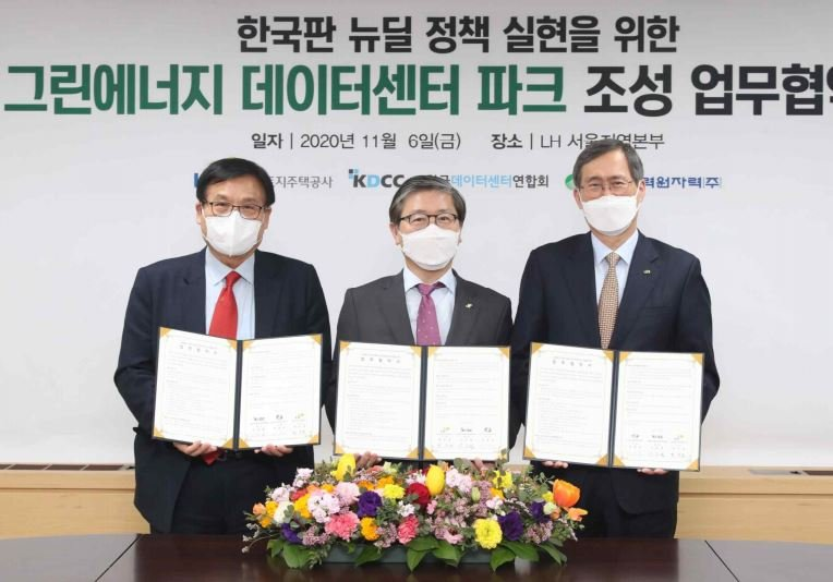 Hyeon Chang-heum, president of LH, Chung Jae-hoon, president of Korea Hydro and Nuclear Power, and Gang Jung-hyup, chairman of KDCC